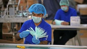 Stokçuluk yapan maske üreticilerine uyarı: Fabrikalarına el koyarız