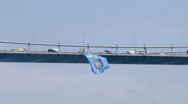 Süper Lig'in şampiyonu Başakşehir'in bayrağı köprülere asıldı!